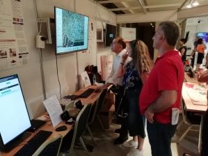Συνεργάτες από το ΣΥΛΕ δοκιμάζουν το παιχνίδι.